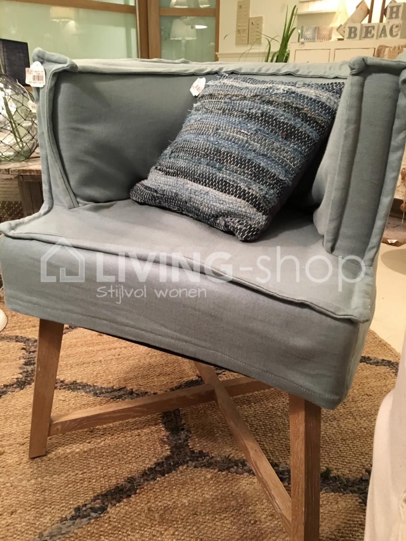 landelijke-stoel-met-armleuningen-en-eiken-houten-poten-j-line